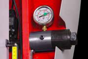 Sägebandspannung Zur Serienausstattung gehört unter anderem eine hydraulische Bandspannungsanzeige, sowie eine elektronische Sägebandspannungs- und Sägebandbruch-Kontrolle.